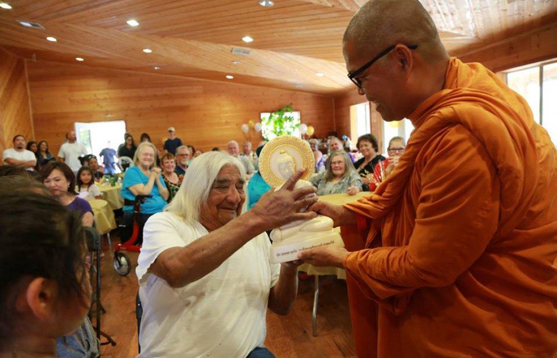 """ผลงานพระธรรมทูตไทยดึง""""มหาเศรษฐีหัวหน้าเผ่าอินเดียแดง""""หันมานับถือพระพุทธศาสนา"""