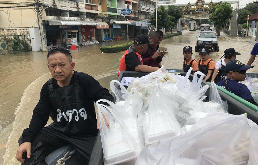 แจกจ่ายอาหาร น้ำดื่ม ช่วยบรรเทาทุกข์ผู้ประสพภัยน้ำท่วม จ.เพชรบุรี