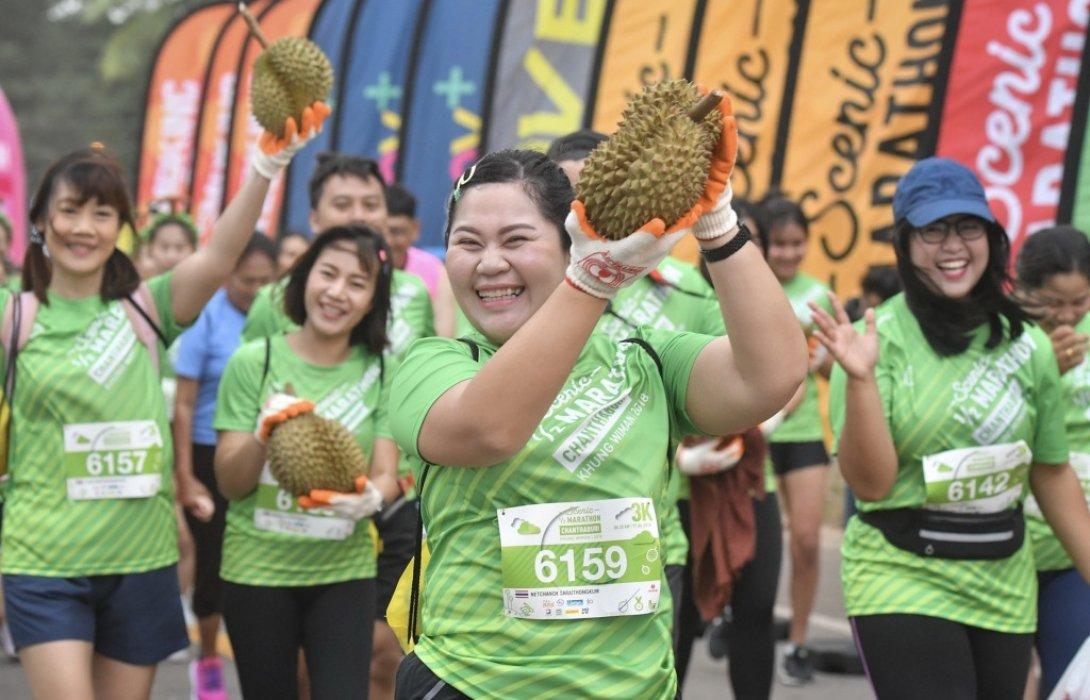 """นักวิ่งกว่าครึ่งหมื่นแห่ร่วมวิ่ง""""ทุเรียน รัน""""บนเส้นทางที่สวยงาม ที่อ่าวคุ้งวิมาน จ.จันทบุรี"""