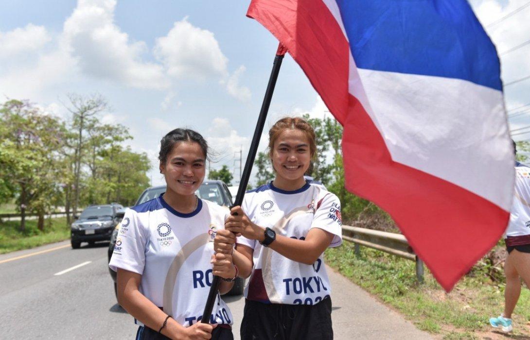 คู่แฝดสาวสุราษฎร์วัย 19 ร่วมวิ่งธงชาติไทย ส่งกำลังใจให้ทัพนักกีฬาไทยสู้ศึกโอลิมปิก