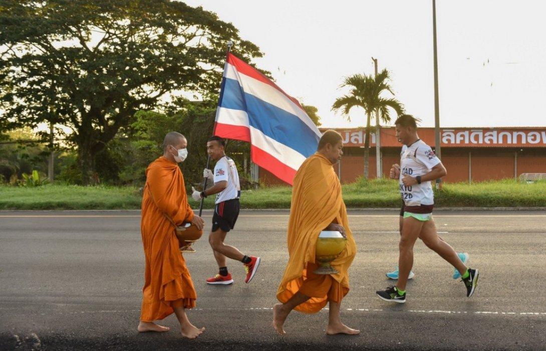 วิ่งผลัดธงชาติไทยที่ชุมพรสุดคึกคัก! นักวิ่ง 65 ชีวิตสวมถุงมือยาง เว้นระระห่าง