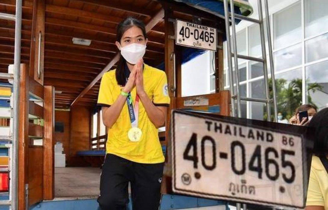 น้องเทนนิส เหรียญทองประวัติศาสตร์ ถึงเมืองไทยแล้ว  ชาวเมืองภูเก็ตแห่รับสุดอบอุ่น