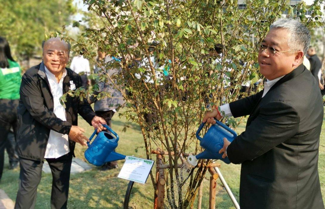 นายกฯ ร่วมกิจกรรมปลูกต้นไม้สวนรักษ์ธรรมชาติ และตรวจความคืบหน้าโครงการรถไฟฟ้าสายสีเขียว