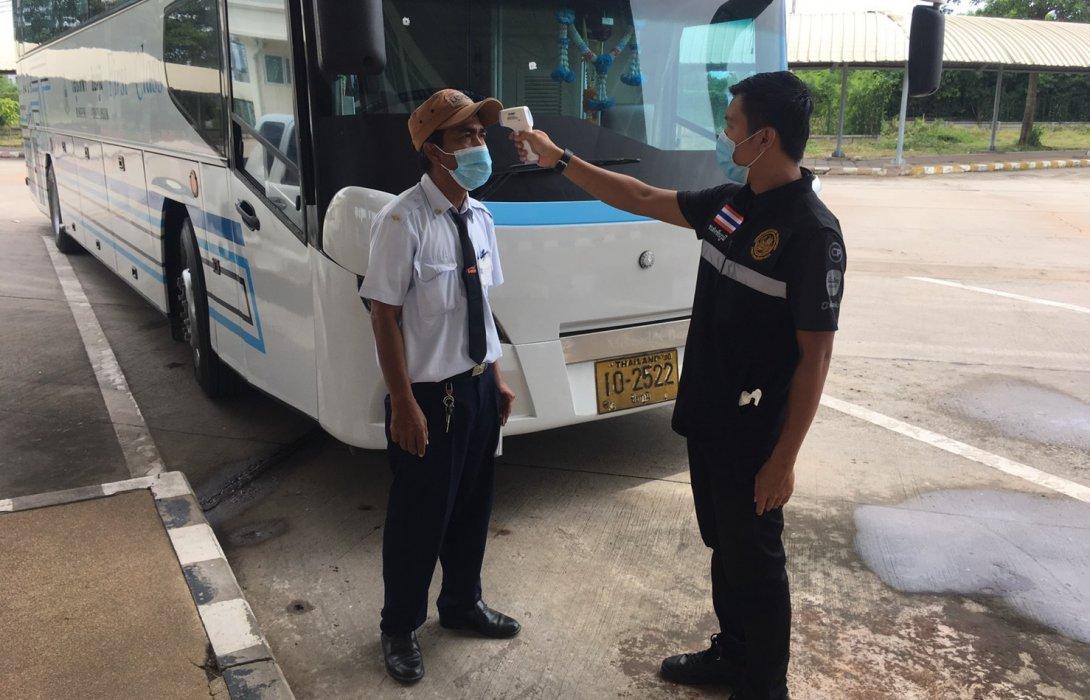 """ขนส่งฯ คุมเข้มโควิด-19 บนรถทัวร์ เตือนผู้โดยสาร """"สวมหน้ากาก-สแกนไทยชนะ"""""""